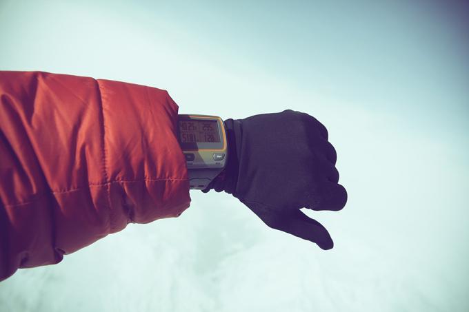 daunenjacke arm uhr schnee