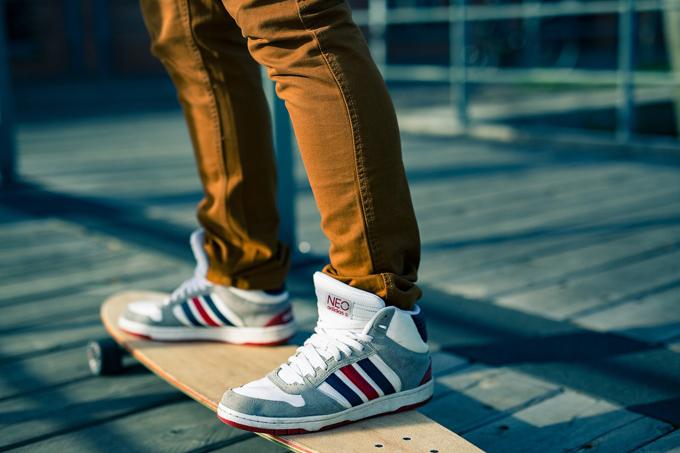 skateboard sneaker jeanshose mann