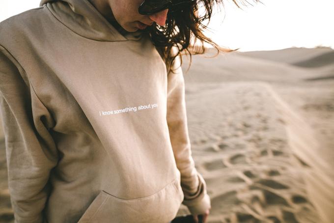 hoodie sweatshirt frau sonnenbrille