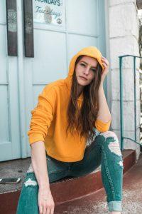 frau hoodie jeanshose destroyed